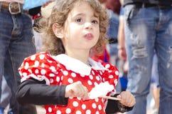 Bière-Sheva, ISRAËL - 5 mars 2015 : Portrait de la fille dans une robe rouge avec le poivre blanc entre les personnes - Purim Photos stock