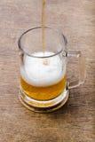 Bière sur la texture en bois Images libres de droits