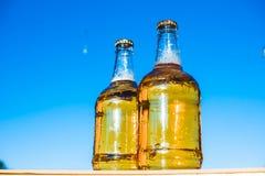 Bière sur le fond du ciel Photographie stock