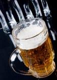Bière sur un compteur de barre Images libres de droits