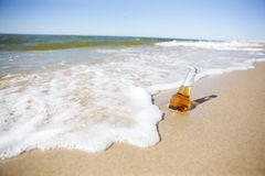 Bière sur une plage Image libre de droits