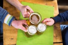 Bière sur une table Photos stock
