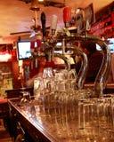 Bière-tape dans un bar Image libre de droits
