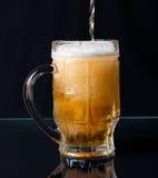Bière versant dans une tasse Photo stock