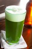 Bière verte teinte pour le jour de St Patricks Photo libre de droits