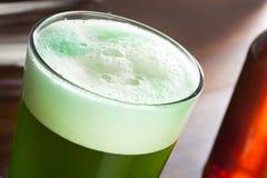 Bière verte teinte pour le jour de St Patricks Image libre de droits