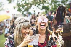 Bières potables appréciant le festival de musique Photos stock