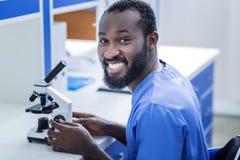 Biólogo deleitado alegre que aprecia seu trabalho fotos de stock