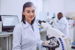Biólogo fêmea feliz que trabalha no laboratório imagens de stock