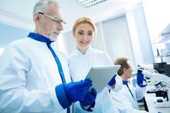 Biólogos inspirados deleitados com resultados da análise Foto de Stock