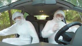 Biólogos novos em ternos vestindo do hazmat em sair da ação do carro para cancelar a zona do acesso - filme
