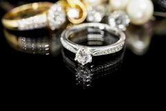 Biżuteria diamentowi pierścionki z odbiciem zdjęcie royalty free