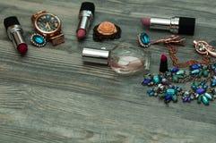 Biżuteria na marmurowym tle Odgórny widok, modna samiec i kobiet osobiste rzeczy z przestrzenią na ciemnym drewnianym tle, obraz stock