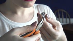 Biżuteria projektant pracuje w studiu, tworzy unikalnych handmade kawałki zdjęcie wideo