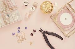 Biżuteria projektanta miejsce pracy Handmade, rzemiosła pojęcie Materiały dla robić biżuterii? cążki, kryształy? uszaci druty, fa obrazy royalty free