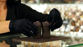Biżuteria sklep, para obrączki ślubne w witrynie sklepowej, sprzedawcy konsultant demonstruje pierścionki klienci, miłość mężczyz zdjęcie wideo