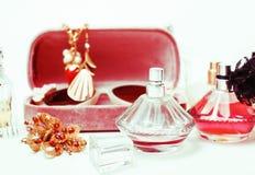 Biżuteria stół z udziałem dziewczyna materiał na nim, mały bałagan w cosme zdjęcie royalty free