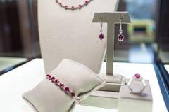 Biżuteria ustawiająca z czerwień kamieniami: kolia, bransoletka, pierścionek i kolczyki, Fotografia Royalty Free