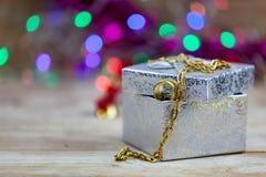 Biżuteria, złociste kolie i złociści pierścionki stawiająca na prezentów pudełkach, Fotografia Stock