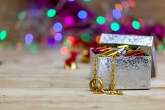 Biżuteria, złociste kolie i złociści pierścionki stawiająca na prezentów pudełkach, Obraz Royalty Free