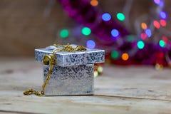 Biżuteria, złociste kolie i złociści pierścionki stawiająca na prezentów pudełkach, Zdjęcia Stock