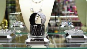Biżuteria z kamieniami i rhinestones na szelfowych klejnotach w biżuterii zdjęcie wideo