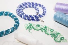 Biżuterii błękitni, błękitni, zieleni i biali koraliki, Obraz Royalty Free