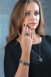 biżuterii elegancka modna kobieta Piękna kobieta z eme obraz stock