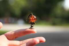 Biżuterii miniatura globus na ręce Fotografia Royalty Free