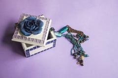 Biżuterii pudełko z błękitną turkusową szklanych koralików kolią Fotografia Stock