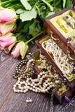 Biżuterii pudełko z biżuterią z różowymi różami obrazy stock