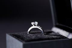 Biżuterii pudełko z eleganckim srebro pierścionkiem fotografia royalty free