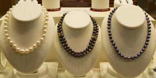 Biżuterii rzeczy na sprzedaży w sklepowym okno Obrazy Royalty Free
