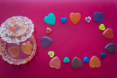 Biżuterii serca na zmroku i pudełko różowimy tło to walentynki dni obraz stock