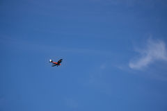 Bi-Plane στο μπλε ουρανό 1 Στοκ εικόνα με δικαίωμα ελεύθερης χρήσης