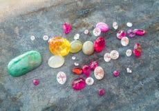 Biżuterii rubinowy kolorowy na klasyka stole zdjęcie royalty free
