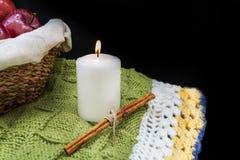 Biała świeczka i kija cynamon na nieociosanym tle zdjęcie stock