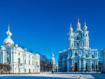 Biała barok koronka na błękitnych fasadach Rastrelli zdjęcia stock