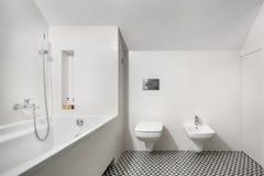 Biała elegancka łazienka z wanną obrazy stock