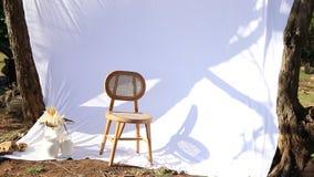 Biała zasłona dmuchająca wiatrem za pustym drewnianym krzesłem zdjęcie wideo