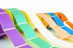 Białe i barwione etykietek rolki odizolowywać na białym tle z cienia odbiciem Kolor rolki etykietki dla drukarek zdjęcie stock