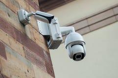 białe kamery bezpieczeństwe ochrona na drylującej ścianie obraz royalty free