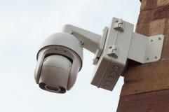 białe kamery bezpieczeństwe ochrona na drylującej ścianie zdjęcia stock