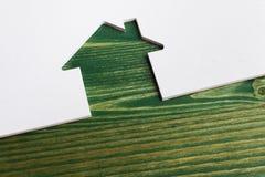 Biały drewniany cięcie dom na zielonym tle fotografia stock