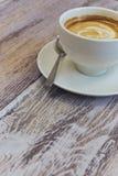 Biały filiżanka kawy na drewnianym stole w górę czarny kawy mleko drewniany stół z fragrant napojem Pionowo widok kopia obraz royalty free