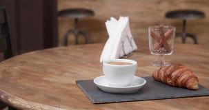 Biały filiżanka kawy na tacy z croissant niektóre pieluchy i szkło cynamon zbiory