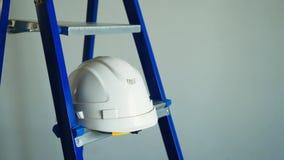 Biały hełm i błękitna metal drabina w aparment budowie zdjęcie wideo