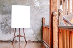 Biały Pusty plakat w starej ścianie, szablonu egzamin próbny dla w górę twój zawartości Dla produktu pokazu, reklama i promocyjni obrazy royalty free