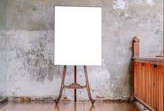 Biały Pusty plakat w starej ścianie, szablonu egzamin próbny dla w górę twój zawartości Dla produktu pokazu, reklama i promocyjni fotografia stock