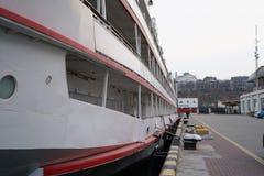 Biały rejsu liniowiec dokował w porcie Łódkowate arkany, statek Cumownicza poczta na nabrzeżu, element dla cumować statki wewnątr zdjęcia royalty free